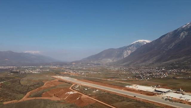 Foto/ Aeroporti i Kukësit nis me fluturimet pas një muaji: Bëhet