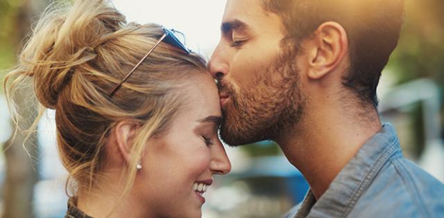 Ç`nënkupton puthja e partnerit në ballë?