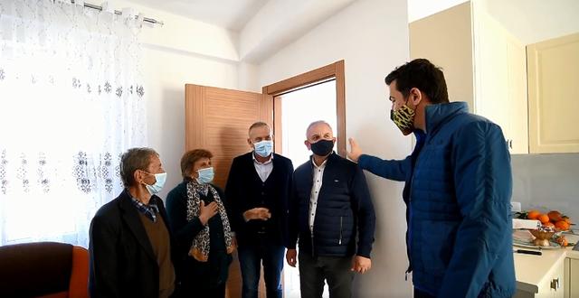 Video/ Familja me dy kurorë në Farkë që e gdhiu