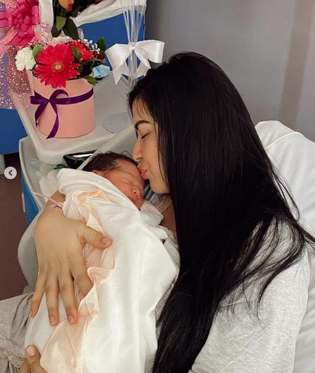 Familja u kompletua, Elita dhe Gjiko postojnë fotot me vajzën e