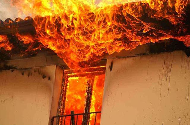 Katër shtëpi të djegura në Berat, humbin jetën atë