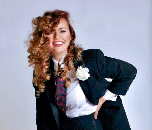 Elegante me kostum, si Marlene Dietrich