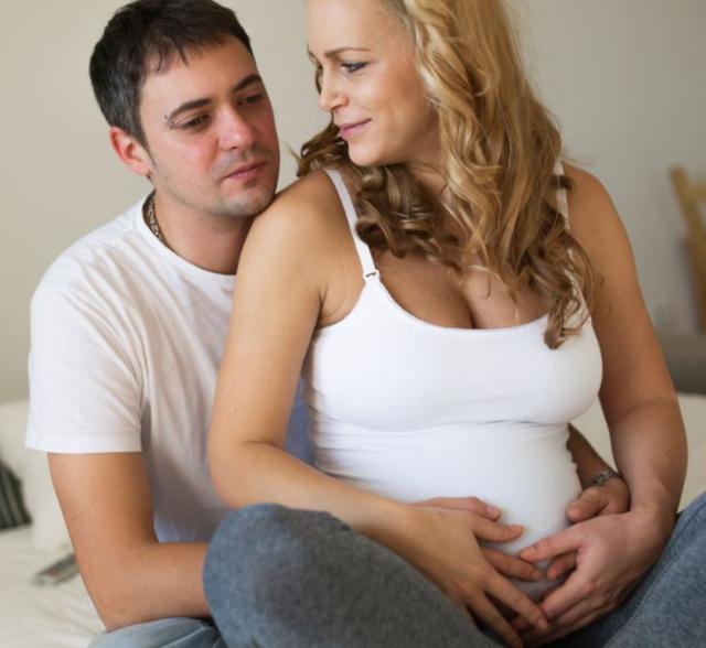 Pse disa burra përjetojnë simptoma kur gruaja është