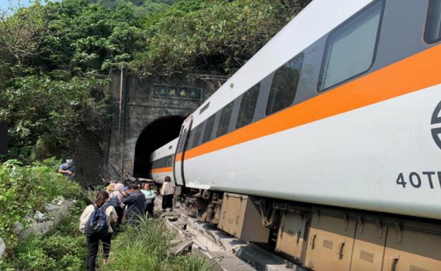Tragjedi në Tajvan/ Treni përplaset me kamionin, humbin jetën 36