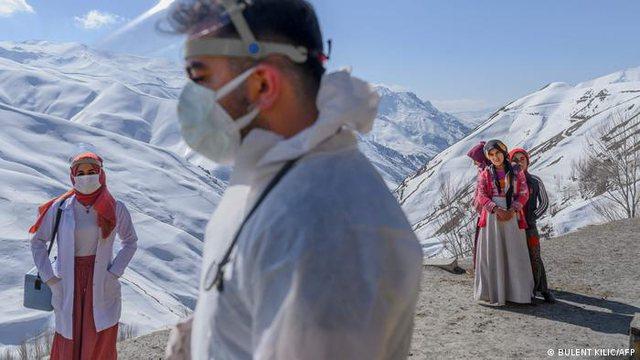 Foto/ Mjekët e Turqisë detyrohen të ngjiten maleve për