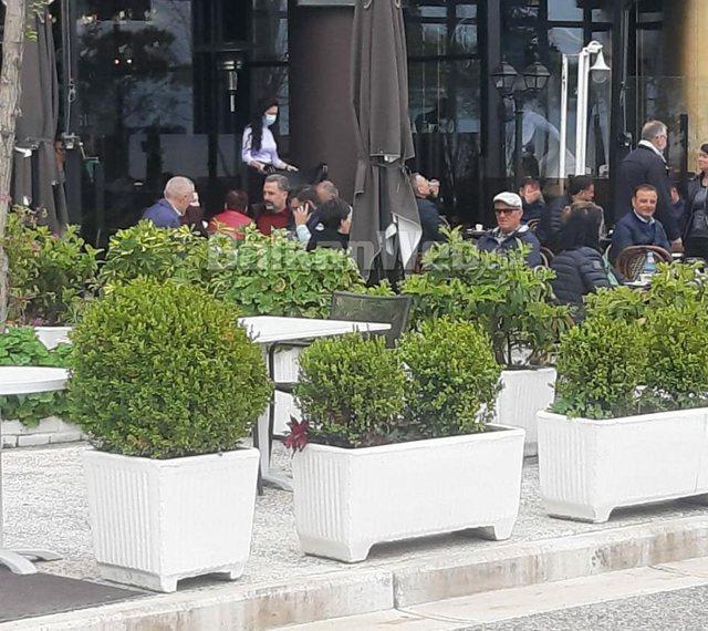 Meta kafe në Lungomare me Bujar Leskajn e PD