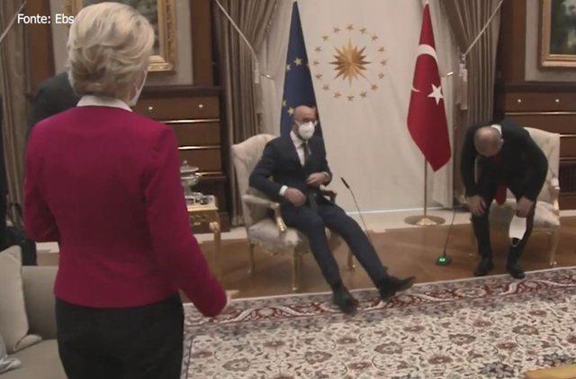 Video/ Momenti i sikletshëm kur presidenten e KE-së e lënë