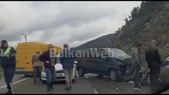Aksident me tre makina në Rrugën e Kombit, plagosen rëndë