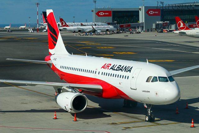 Zbret avioni i parë në Rinas pas pezullimit të punës!