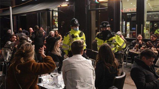 Foto/ Nata e parë që britanikët dalin në kafe: Na duket
