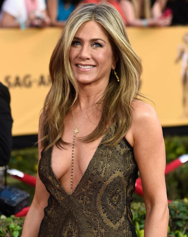 Jennifer Aniston u përgjigjet lajmeve që shkruanin se po bëhet