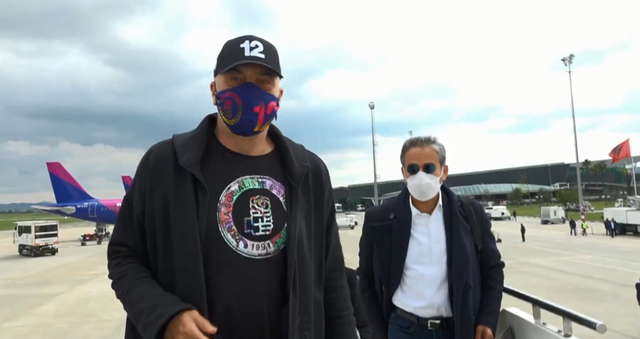 Video/ Mbërrijnë emigrantët nga Londra, Rama hipën me ta