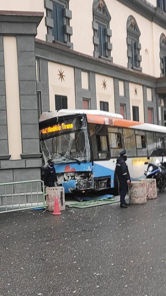Urbani përplaset me një makinë, 4 të lënduar