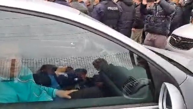 DP militants block car in Maqellara / It is suspected that they were buying
