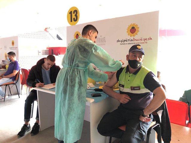 Foto/ Policët marrin dozën e dytë të vaksinës