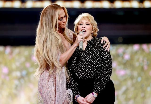 Video/ J.Lo, në skenë me mamin për të kënduar