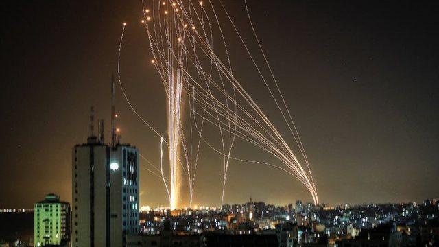 VIDEO/ Hamas lëshon 130 raketa në drejtim të Tev-Aviv-it! Izraeli