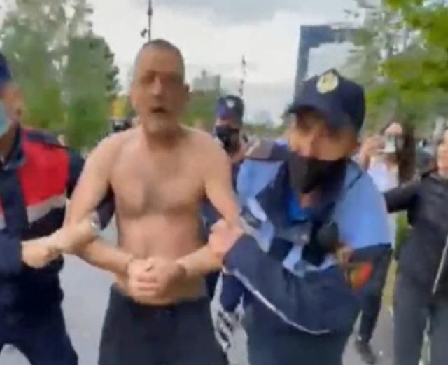 Një burrë tenton të vetëdigjet në Sheshin