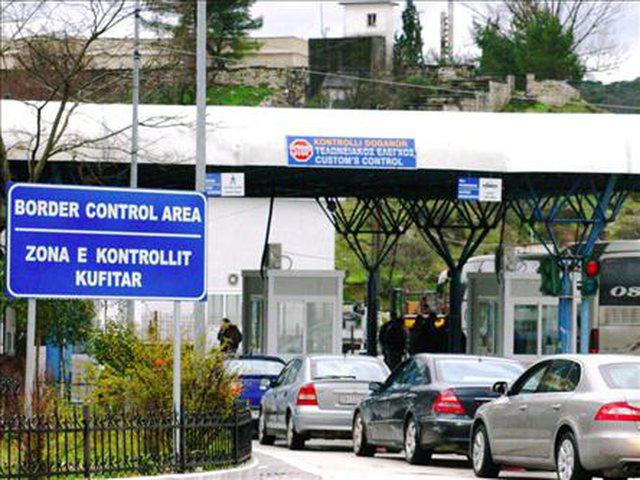 Greqia i jep fund izolimit, hap edhe kufijtë, por jo për