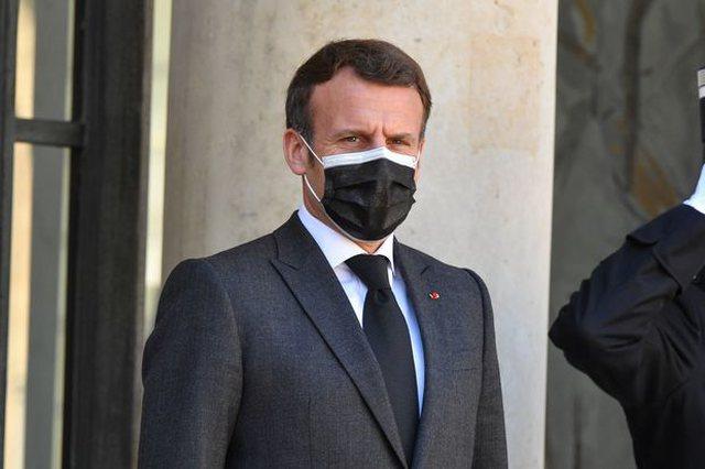 Video/ Një francez i bie me shpullë Macron-it