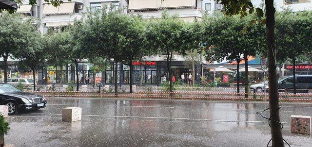 VIDEO/ Në mes të qershorit, bie breshër në Tiranë