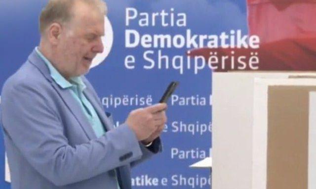 Momenti kur Genc Pollo fotografon votën për kreun e PD