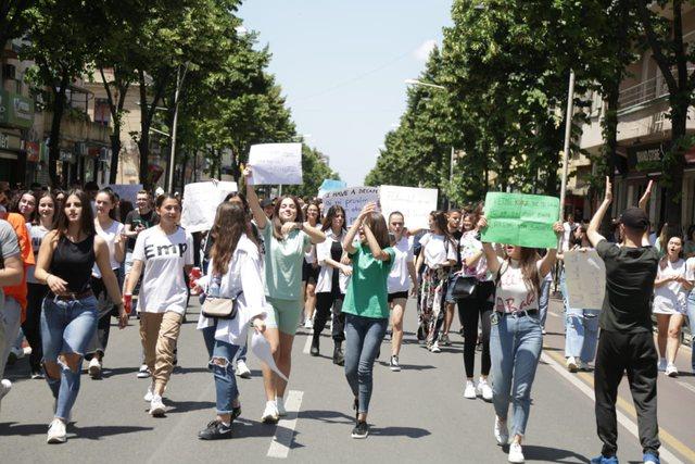 Ministria e Arsimit tërhiqet para maturantëve: Do ulim kufirin e