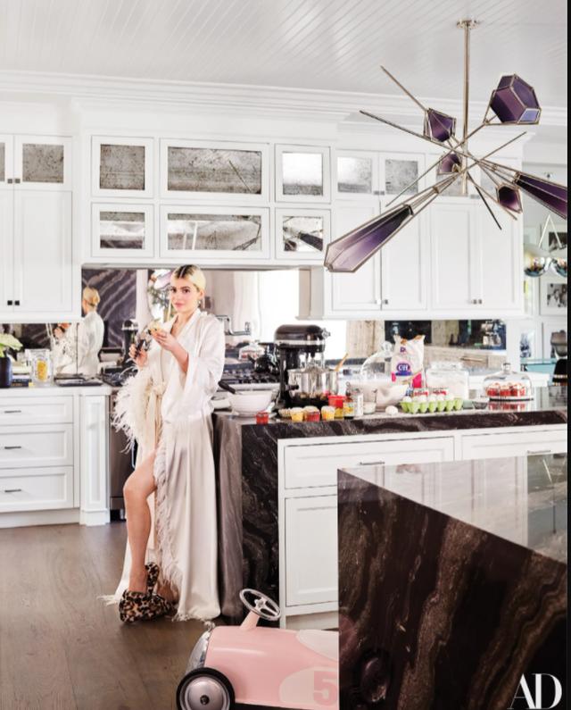 Në shtëpinë e Kylie Jenner ku në vend të fotove në