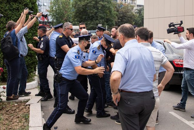Video/ Protestë në Kosovë për taksën e makinave,