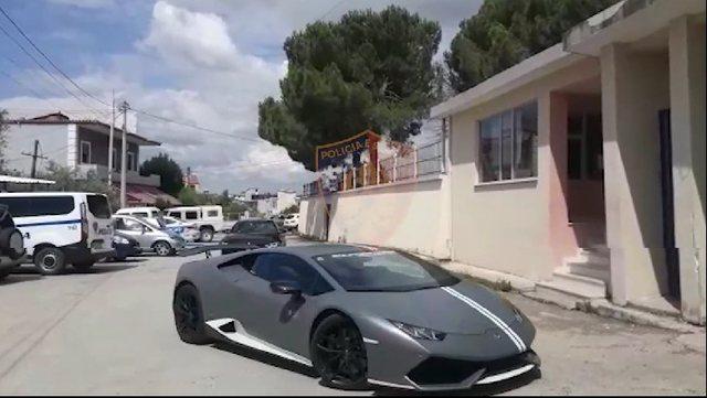 Video/ Turistët nga Kosova garë me Lambo me shpejtësi të