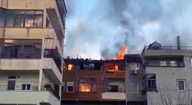 Apartamenti në Pogradec përfshihet nga flakët, dyshohet se u