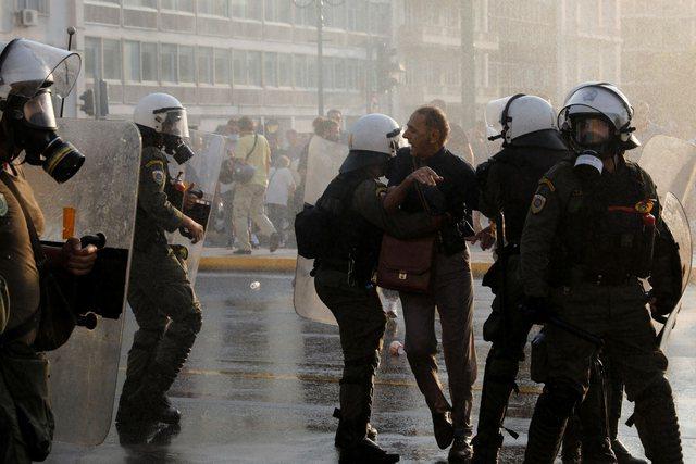 Greqi/ Protesta të dhunshme kundër vaksinimit me detyrim