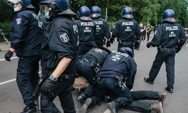 Berlin/ Qindra të arrestuar në protestat kundër vaksinave dhe