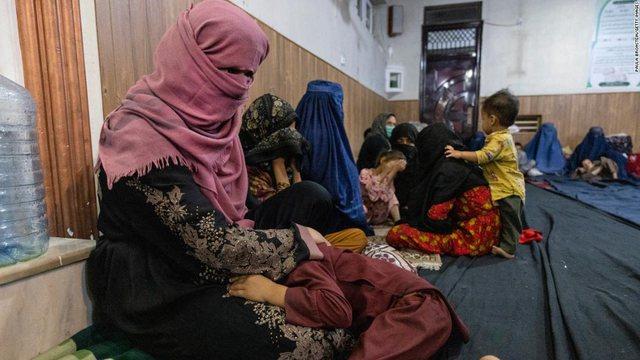 Historia e trishtë e nënës afgane: Talibanët trokitën