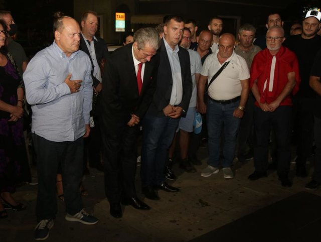 Berisha swears in front of the bust of Azem Hajdari: I will raise the party on a