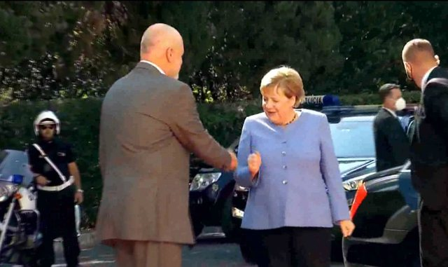 Video / Pandemic confusion. Rama shakes Merkel's hand, she meets him with
