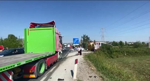 The passenger bus is hit by the trailer in Milot, an injured child