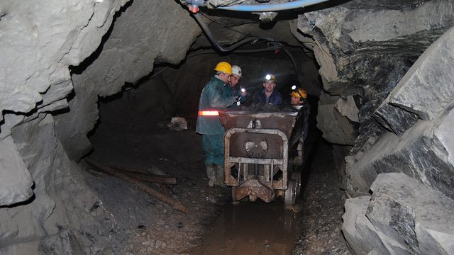 Mineral mass falls in the mine in Bulqiza, an employee trapped in the gallery