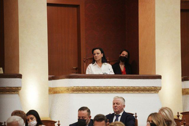 Linda Rama shkon në Parlament