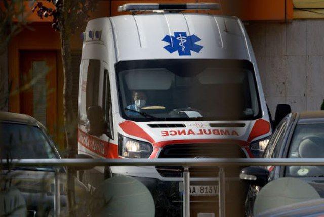Foto/ Ambulanca mbërrin në Kuvend, një prej deputeteve të PS