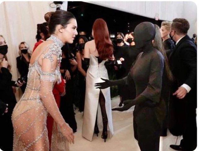 Kim Kardashian shpjegon foton virale me Kendall Jenner: Nuk mund të shihja