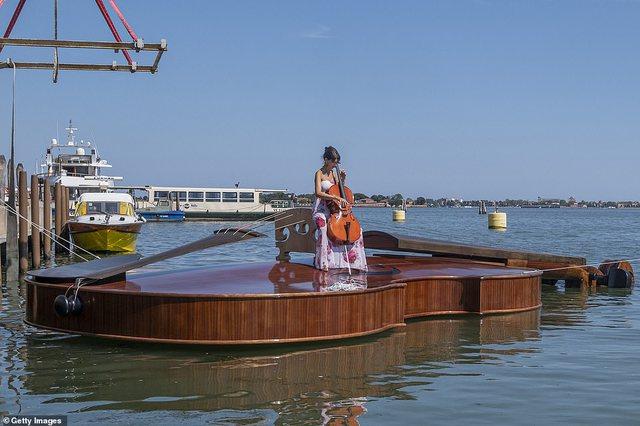 Video/ 'Violina e Noes' në ujërat e Venecias: Simbolika
