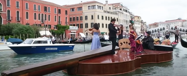 Video / Violin and water concert in Venice, in homage to those who lost their