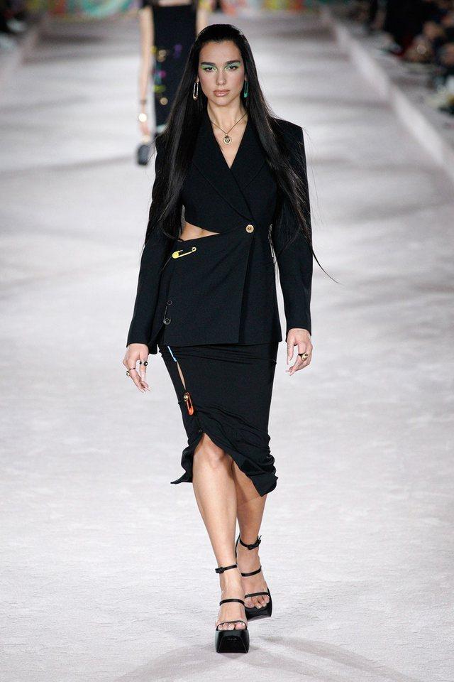 Është koha e Dua Lipës! Versace hap dhe mbyll sfilatën me