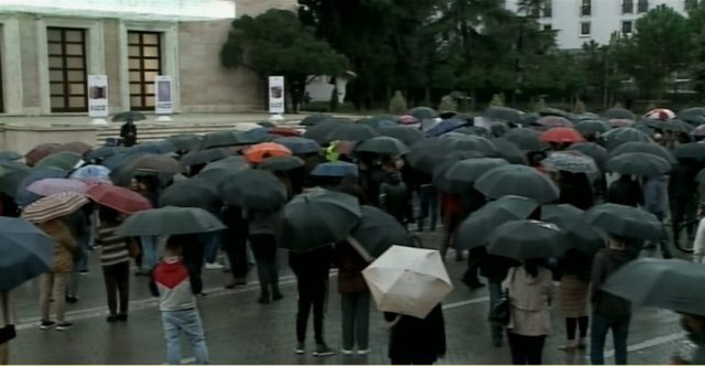 Rain protest in front of the Prime Minister for the price of bread and basket: