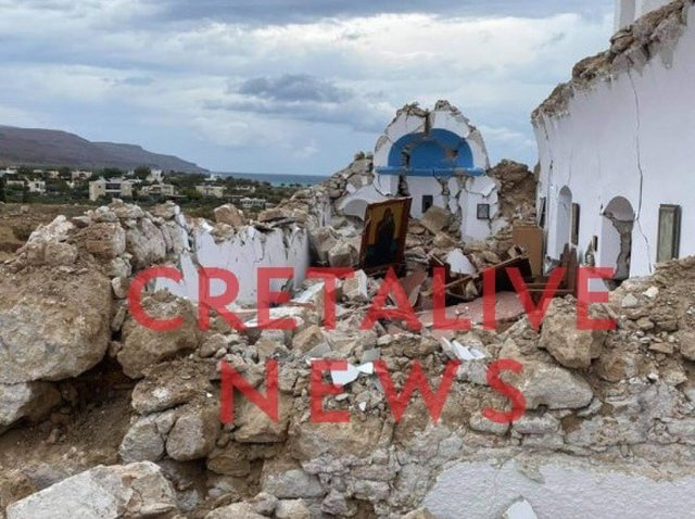 Video / The moment of the earthquake in Crete when people come out scared and