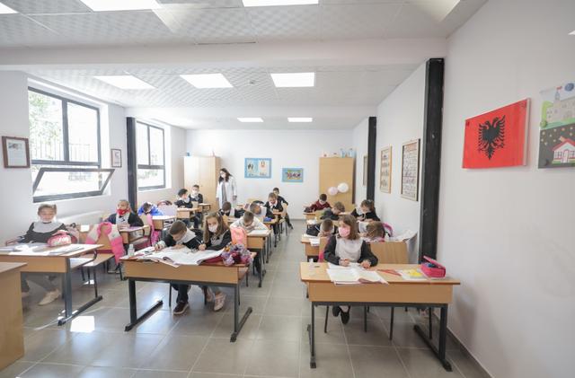 Shkolla në Pezë Helmës si çdo shkollë e Tiranës