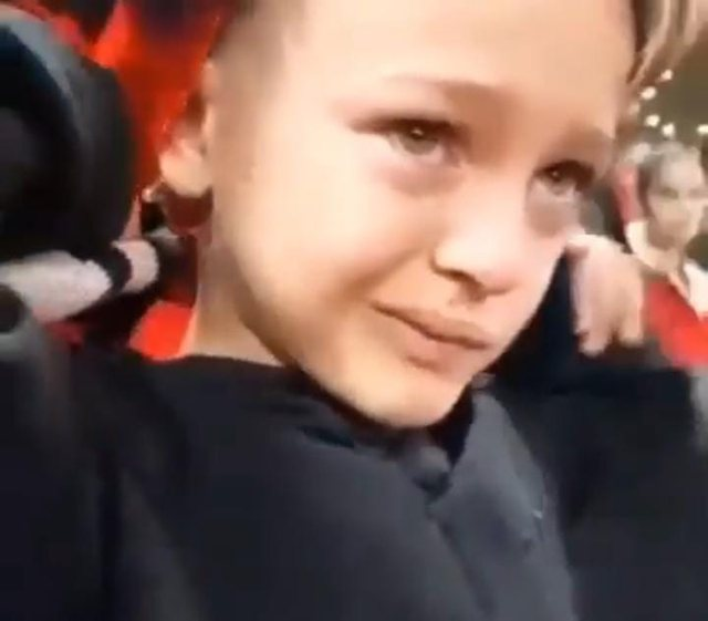Lotët e djaloshit të vogël kur shihte humbjen e kombëtares