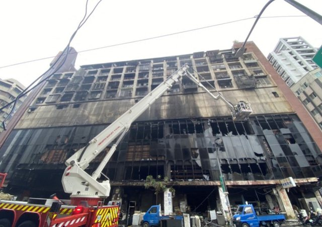 A 13-storey building in Taiwan is on fire. 46 victims and dozens injured