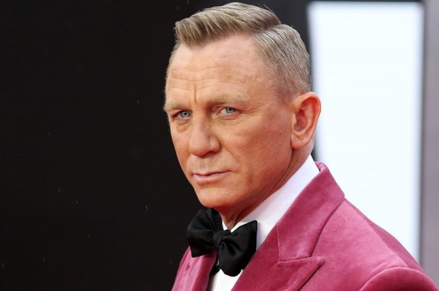 Daniel Craig points out that he only attends gay bars and there is an important